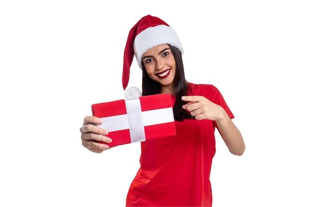 Femme avec chapeau de noël tenant un cadeau, isolé sur fond blanc.