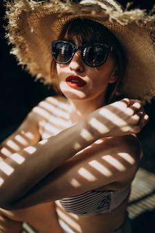 Femme avec chapeau à l'ombre