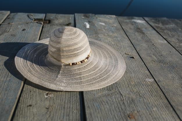 Femme chapeau sur des planches de bois