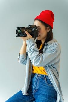 Femme, à, chapeau, prendre photo