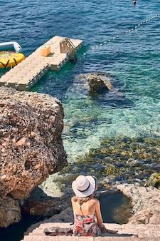Femme, à, chapeau, regarder mer