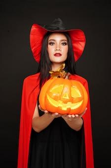 Femme, chapeau, sorcière, et, costume, tenue, citrouille, dans, fête halloween