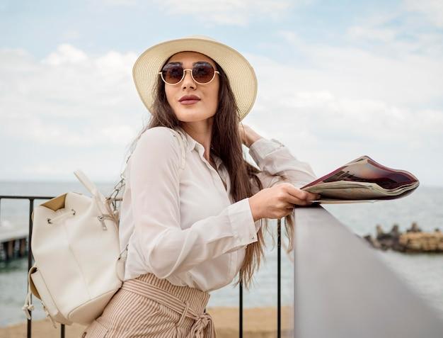 Femme, à, chapeau, voyager