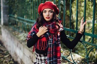Femme charmante en béret rouge