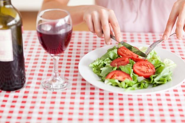 Femme charmante, déjeuner et boire du vin