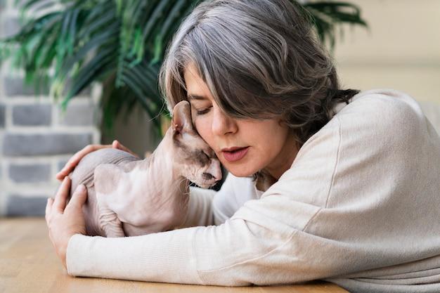 Femme et chat étant un coup moyen affectueux