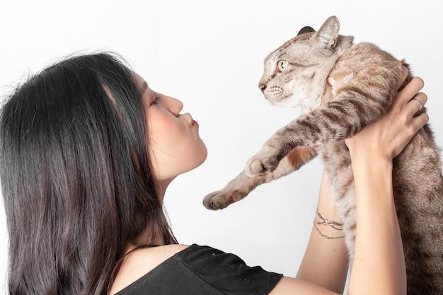 Femme et chat sur fond blanc.