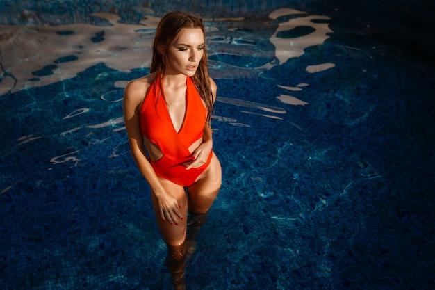 Femme chaude en maillot de bain élégant. portrait de mode en plein air de dame glamour profitant de ses vacances dans une villa de luxe dans une île tropicale chaude.