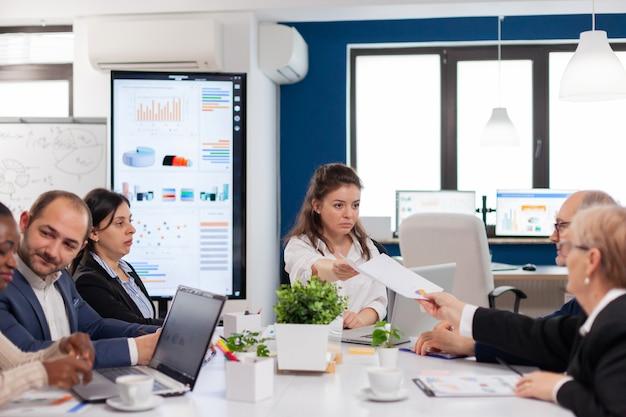 Femme chef d'entreprise parlant à une réunion du conseil d'administration de divers groupes, équipe multiethnique