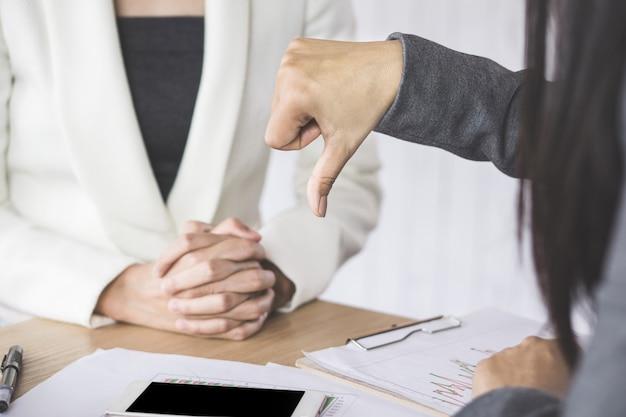 Femme chef mécontente et déçue du projet montrant une aversion de la main à l'équipe