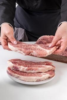 Femme, chef, mettre, viande, plaque