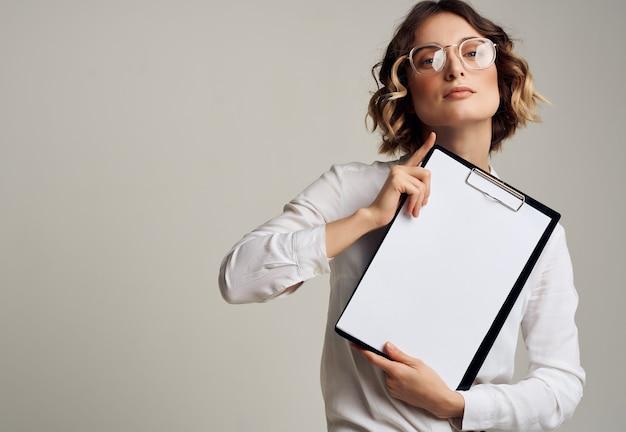 Femme en chemise blanche dossier documents à la main travail professionnel