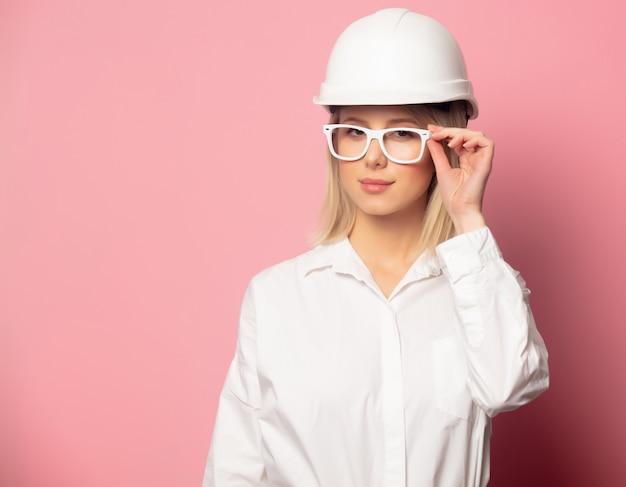 Femme en chemise blanche, lunettes et casque