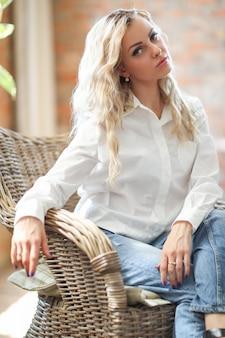 Femme en chemise blanche
