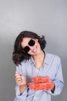 Femme en chemise bleue avec boîte-cadeau
