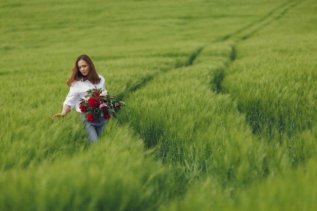 Femme en chemise bleue dans un champ d'été