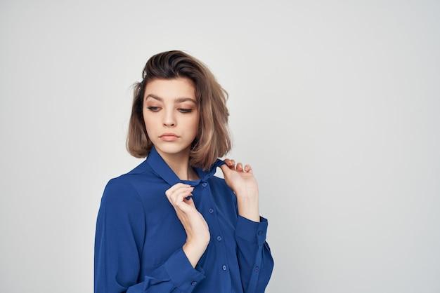 Femme en chemise bleue fashion style élégant fond clair