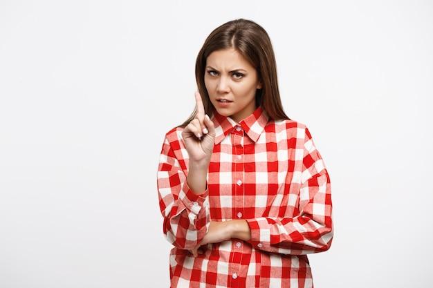 Femme en chemise à carreaux a l'air mécontent après une dure journée de travail
