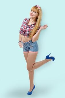 Femme avec une chemise à carreaux et un short en jean