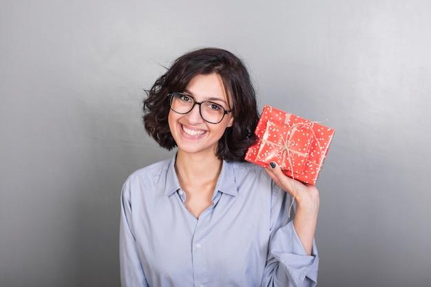 Femme en chemise avec coffret cadeau