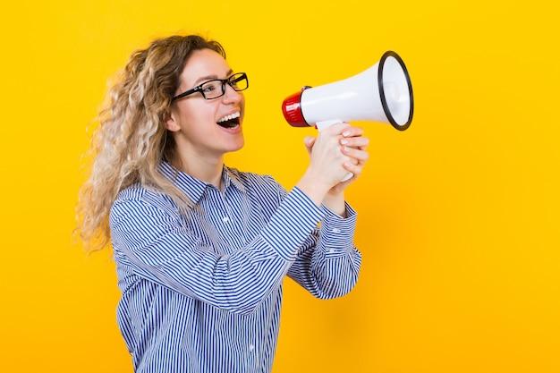 Femme en chemise avec haut-parleur