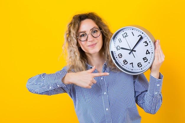 Femme en chemise avec des horloges