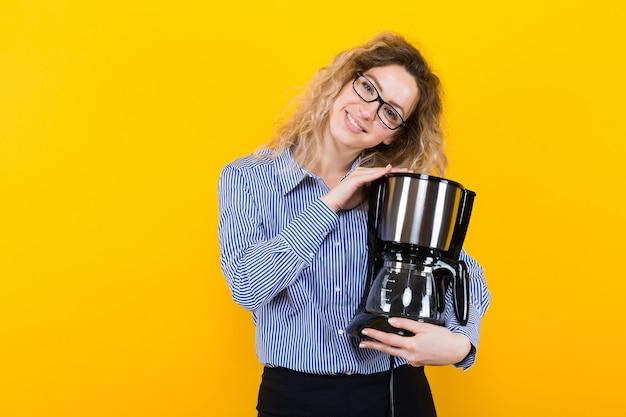 Femme en chemise avec machine à café