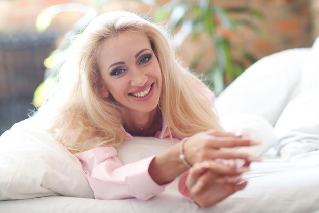Femme en chemise rose