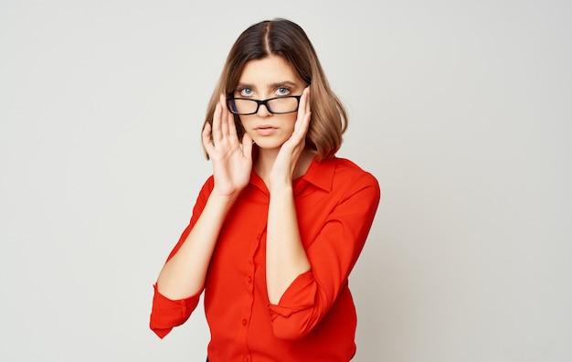 Femme en chemise rouge et lunettes directeur des finances d'entreprise du directeur de l'entreprise.