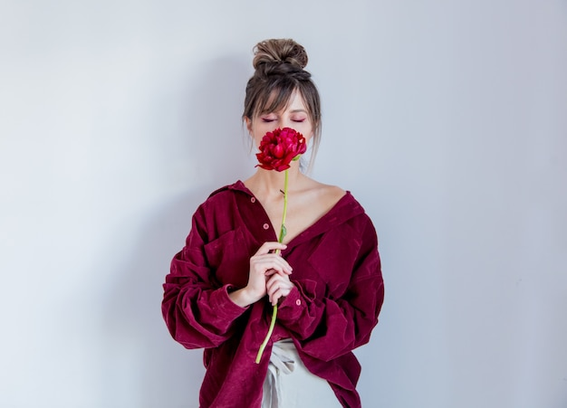 Femme, chemise rouge, pivoine rouge