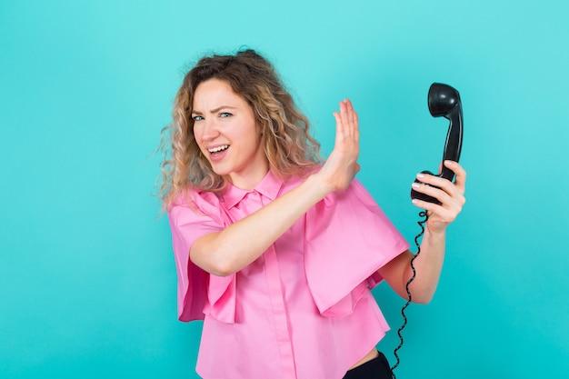 Femme en chemise avec téléphone
