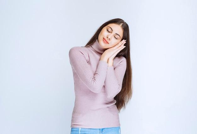 Femme en chemise violette se sent fatiguée et endormie.