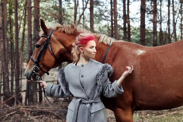 Femme cheval en automne. maquillage rose vif créatif