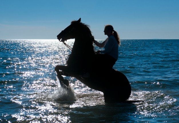 Femme cheval dans la mer