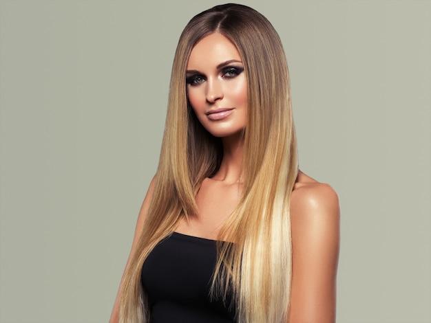 Femme cheveux lisses blonde lond beauté naturelle portrait décontracté. sur gris.