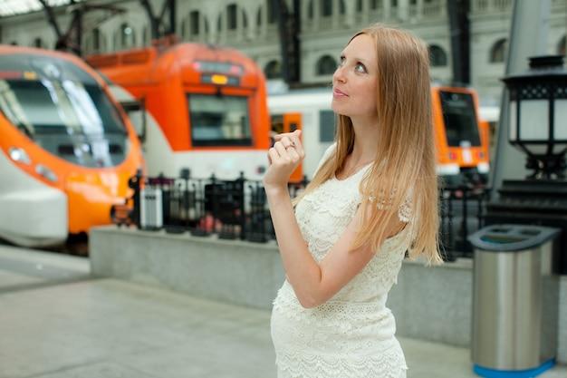 Femme à cheveux long à la gare