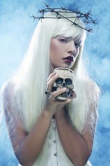 Femme cheveux longs angélique avec crâne