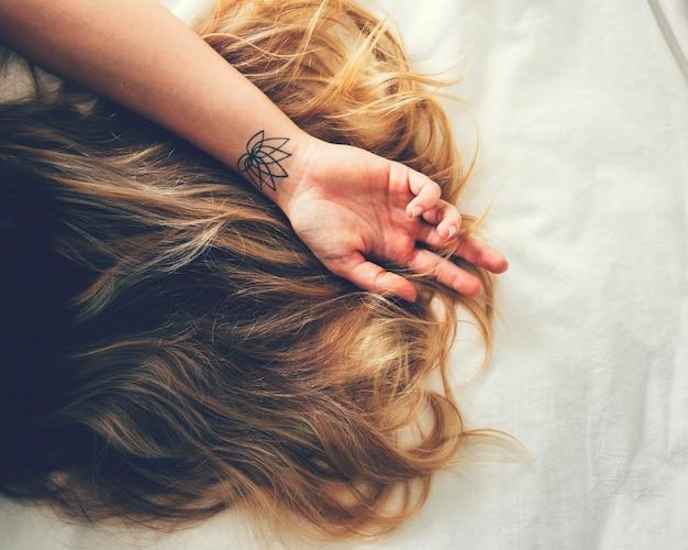 Femme cheveux longs sur le lit