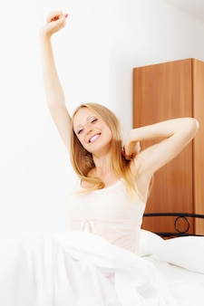 Femme à cheveux longs se réveillant à la maison