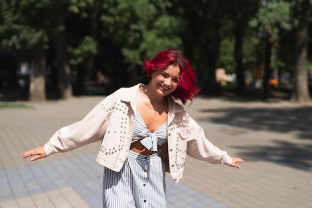 Femme, cheveux rouges, dans parc