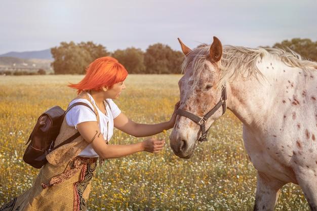 Femme, cheveux roux, cheval