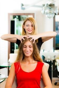Femme chez le coiffeur se faire masser la tête