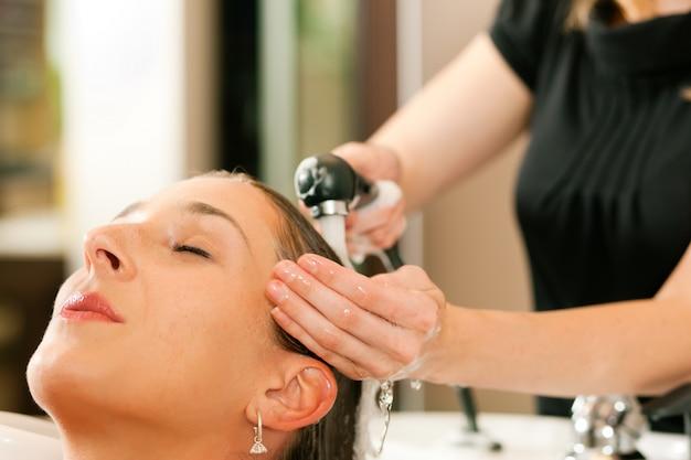 Femme chez le coiffeur