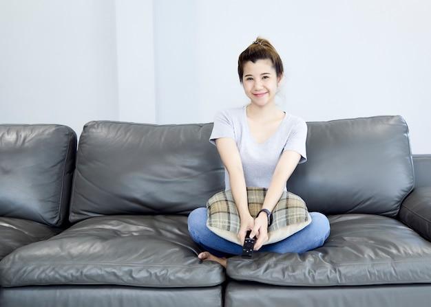 Femme, chez soi, regarder tv