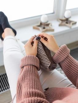 Femme, chez soi, tricot, gros plan