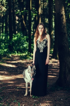Femme et chien dehors