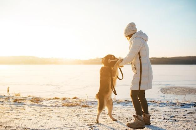 Femme avec un chien sur deux jambes