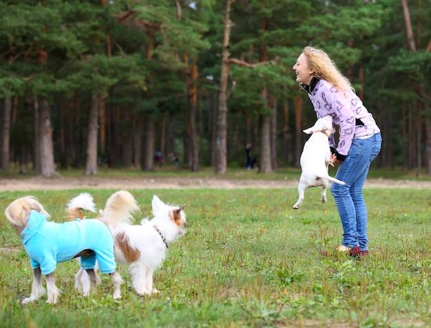 Femme avec un chien drôle lors d'une promenade