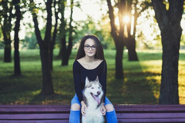 Femme avec chien husky