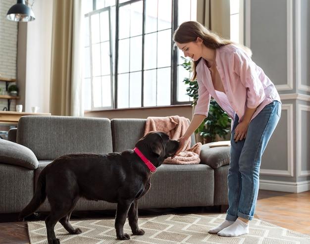 Femme et chien plein coup